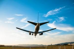 海外旅行の飛行機内で快適に過ごす8個のアイデア